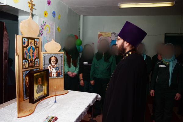 Отец Константин Бацаценко провёл молебен для отбывающих наказание женщин